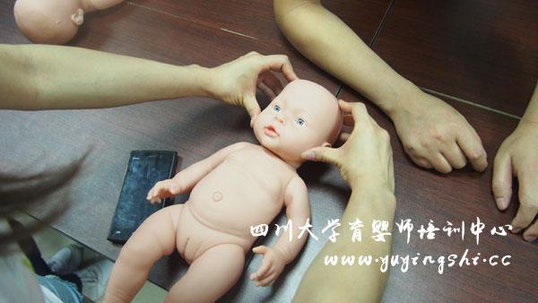 学员兴高采烈地进行育婴师实操